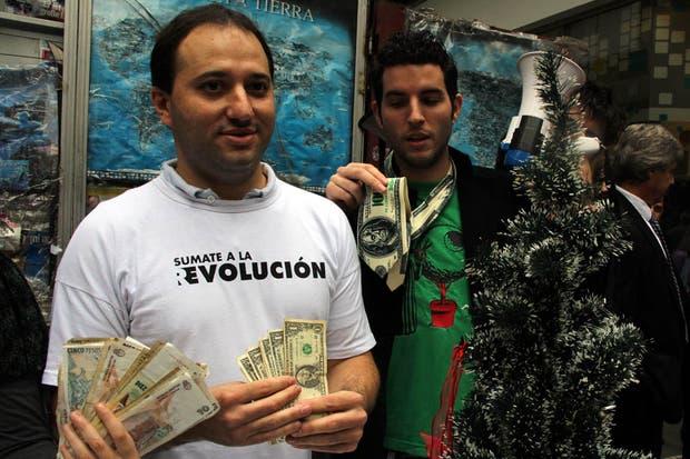Los militantes del Partido Liberal Libertario venden dólares a $5