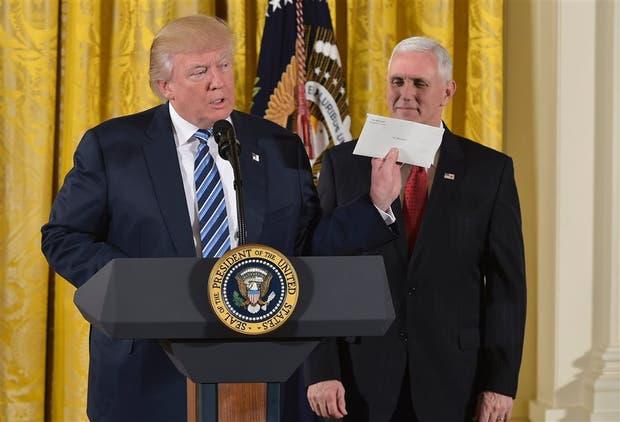 Trump y Pence, ayer, antes de tomarles juramento a sus nuevos colaboradores