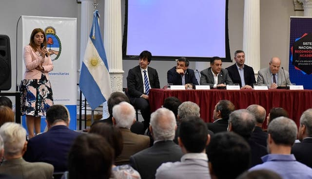 Danya Tavela, secretaria de Políticas Universitarias, explica el Sistema de Reconocimiento Académico