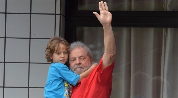 Lula, el domingo pasado, fue respaldado por militantes en medio de las masivas protestas