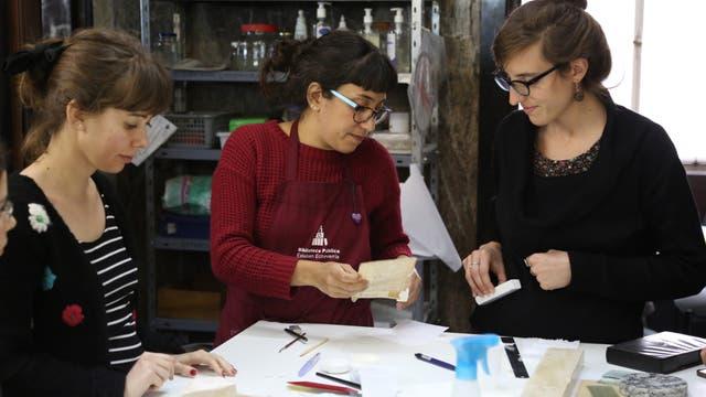 El taller de restauración y conservación de material bibliográfico es permanente