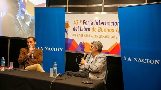 Los periodistas Hugo Alconada Mon y Sergio Suppo, ayer, en la Feria del Libro