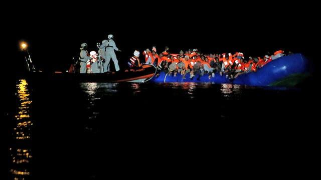 Inmigrantes a la deriva en su embarcación de goma durante una operación de rescate en el centro del Mediterráneo en aguas internacionales a unos 15 millas náuticas frente a la costa de Zawiya en Libia