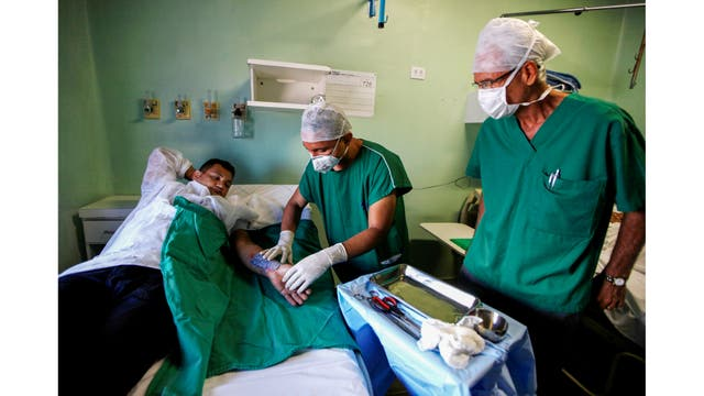 Médicos envuelven el brazo quemado de un paciente en el Instituto Dr. José Frota en Fortaleza, Brasil