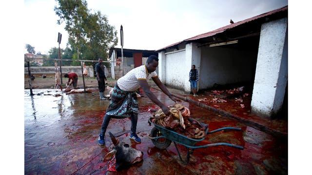 Abbas Yusuf, recoge la carne sobrante en el matadero de la ciudad para luego alimentar a las hienas