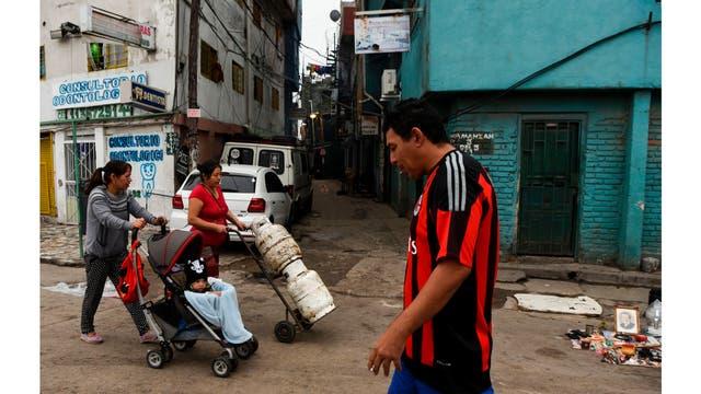 La gente camina por una calle en el barrio de Villa 31 en Buenos Aires, Argentina