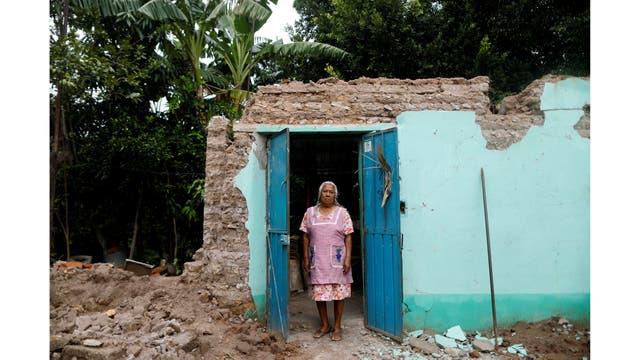 Catalina Martínez, de 78 años, ama de casa, en la puerta de su casa después del terremoto en San José Platanar