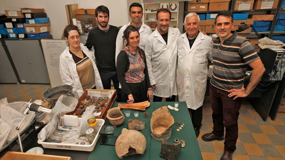 El equipo de trabajo junto a las piezas encontradas. Foto: LA NACION / Hernán Zenteno