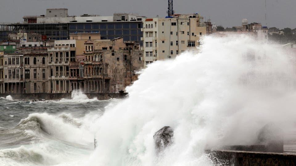 Las olas golpean sobre El Malecón, en La Habana. Foto: Reuters