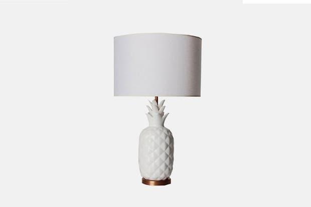 Modelo Marylin con base de cerámica en forma de piña y pantalla cónica en tela de lino (Editor Market).  Foto:Living