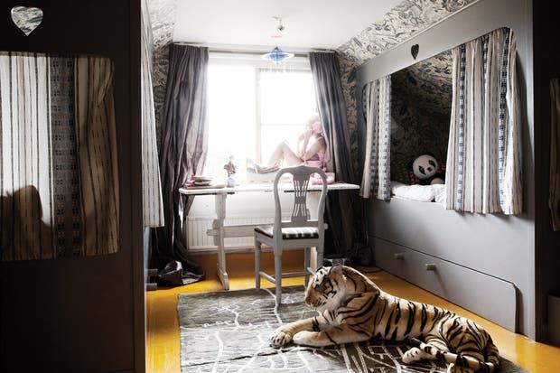 Para el dormitorio de Celeste, la mayor de las tres hijas, su madre quería crear una atmósfera similar a un cuarto que tuvo ella misma de chica..
