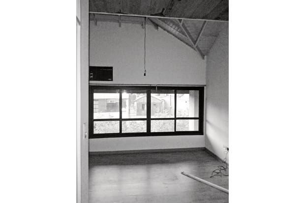 El piso flotante de la planta alta estaba deteriorado, tenía un viejo aire acondicionado empotrado y carpinterías antiguas. .
