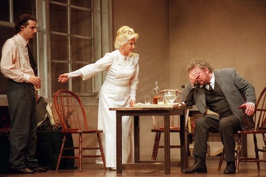 El drem team: Norma Aleandro y Alfredo Alcón, juntos, en escena, en una aplaudidísima versión del clásico de Eugene O Neill, Largo viaje del día hacia la noche. Foto: Archivo