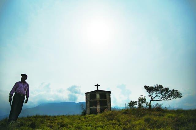 El legado. Don Julio visita la tumba de su abuelo, Bonifacio Pinedo, en el antiguo cementerio de Mururata