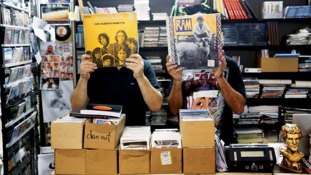 Un juego fotográfico con dos álbumes emblemáticos: una rara edición de un disco titulado Almendra, -luego llamado Spinettalandia y sus amigos- y Ram, de Paul McCartney