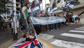 La protesta de las organizaciones kirchneristas frente a la embajada incluyó agravios a la bandera británica