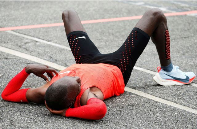 Eliud Kipchpge reposa luego de correr 42,195km en 2h00m25s