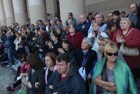Frente a la Catedral se ubicó un grupo de personas sin banderas ni consignas