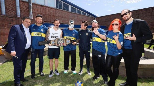 Angelici y Guillermo, rodeados de los luchadores de la WWE