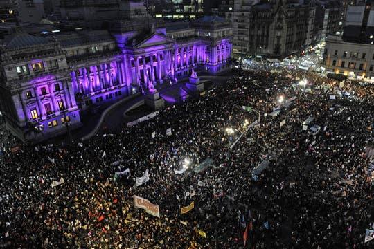 NiUnaMenos, en defensa de la mujer y contra el femicidio, una multitud se reunió frente al congreso teñido de violeta. Foto: EFE