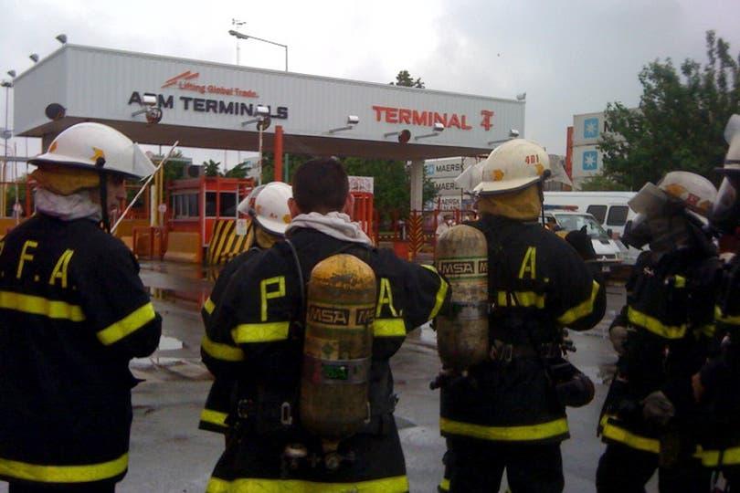 Bomberos analizanndo la situación en el puerto. Foto: LA NACION / Ricardo Pristupluk