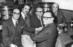 Félix Luna con colaboradores de la revista / Gentileza Todo es Historia