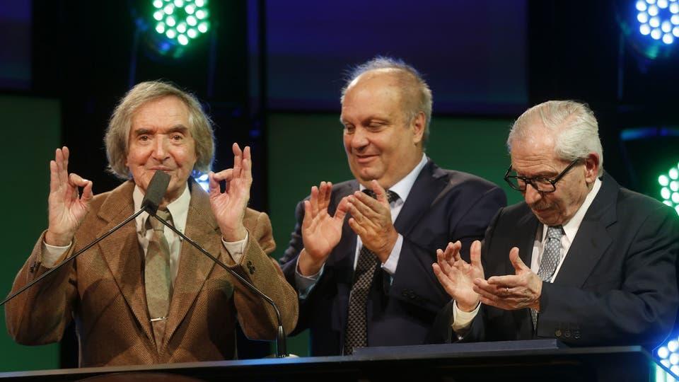 Carlitos Balá junto a Hernán Lombardi y Raúl Becerra, en el homenaje a la TV Pública. Foto: Fabián Marelli