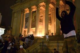 """Al grito de """"Si el pasaje no baja, Río para"""", los manifestantes recorrieron varias calles céntricas de Río de Janeiro"""
