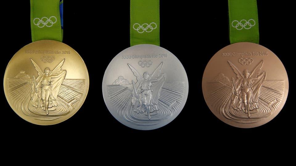 Así son las medallas de oro, plata y bronce que se entregarán en los juego olímpicos de Río 2016. Foto: Reuters / Sergio Moraes