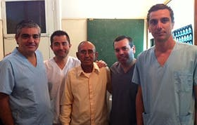 Los médicos junto al albañil operado