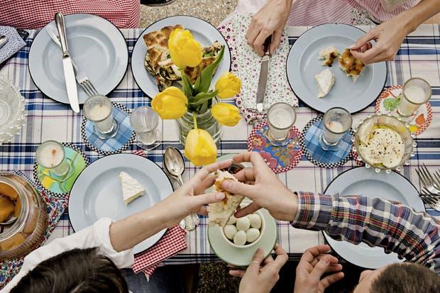 Textiles coloridos y volumen para vestir tu mesa con alegría, de la mano de Violraviol.