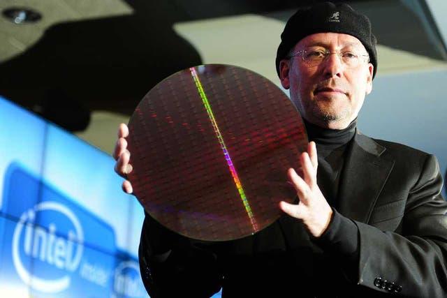 Mooly Eden, vicepresidente de Comunicaciones de Intel, con una placa de microprocesadores Core i de segunda generación, que utilizan silicio como materia prima para su fabricación