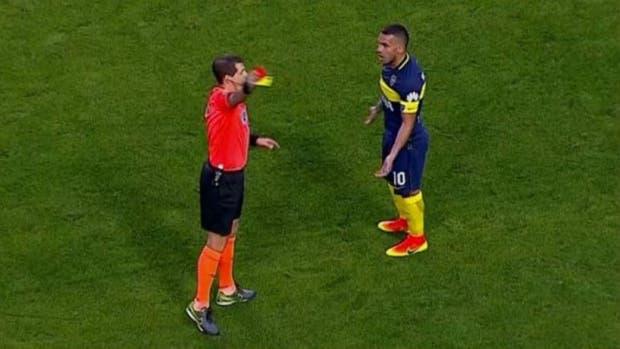 Delfino lo echa a Tevez en el partido que Boca le ganó a Belgrano por 3 a 0, el 11 de septiembre pasado, en la Bombonera