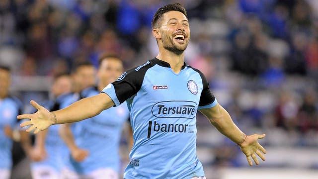 Lértora festeja su gol, el segundo del Pirata en Liniers