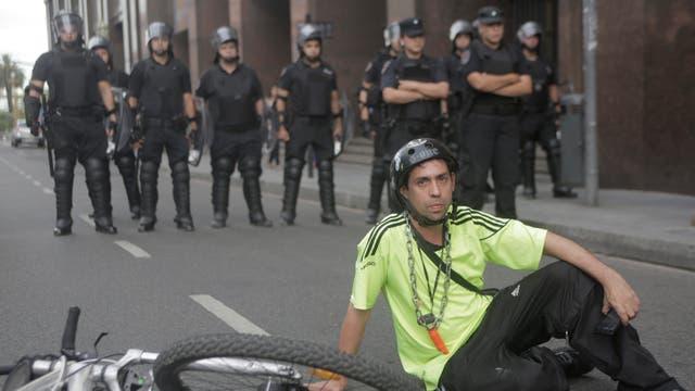 """El grupo se dirigió primero al Ministerio de Transporte de la Nación, frente a la Plaza de Mayo, donde hubo una """"sentada"""""""
