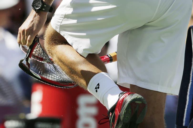 Stanislas Wawrinka se esfuerza por romper su raqueta. Foto: AP