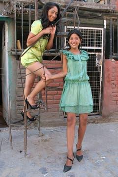 Liz, de 14, y Sabrina, de 10 años, también participan de los desfiles. Foto: LA NACION / Matías Aimar