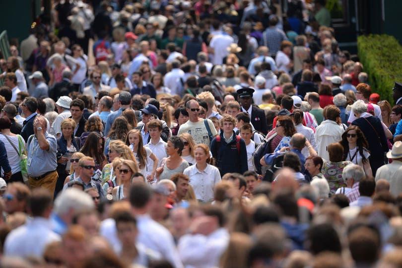 Wimbledon suele ser conocido como el Grand Slam que siempre tiene colas para poder ingresar. Lejos de tomarlo como mal humor, los asistentes saben que es algo habitual. De hecho hay baños y cafés en el trayecto.. Foto: AFP
