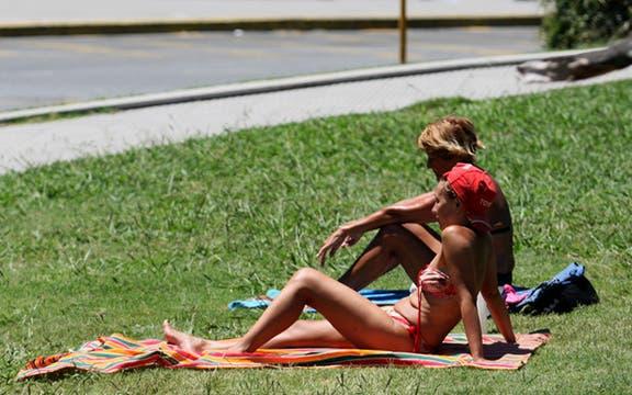 Algunos a pesar de las altas temperaturas eligen tomar sol en las plazas. Foto: LA NACION / Fernando Massobrio