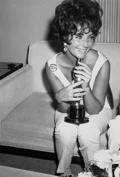 Yo y mi Oscar. Taylor y su estatuilla dorada por su trabajo en la película Una mujer marcada (1960). Foto: AP