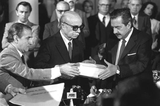 Sabato le entrega a Raúl Alfonsín el informe de la Conadep. Foto: Archivo