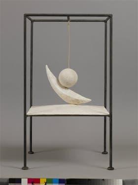 Bola suspendida, escultura en yeso y metal, versión de 1965 de la original, realizada en 1930-31