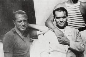 Amorim posa al lado de Federico García Lorca, con quien mantuvo una relación clandestina y fugaz.