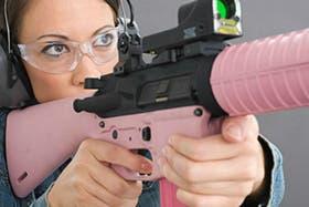 El mercado de las armas rosas no se detiene sólo en pistolas, ya que también hay fusiles de ese color