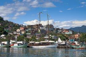 El puerto de Angra, desde donde salen los paseos