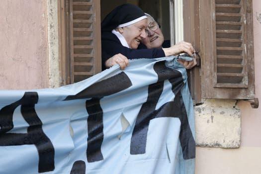 Monjas emocionadas cuelgan un cartel para que el Papa lo vea. Foto: AP