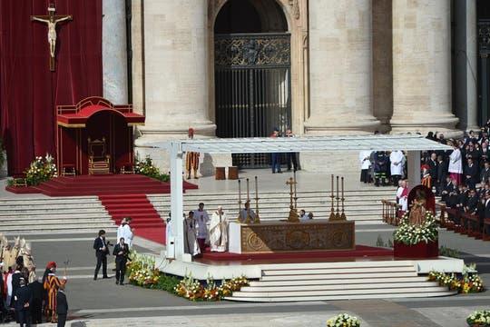 Jorge Bergoglio salió de la Basílica de San Pedro, donde practicó los rituales de investidura del poder papal, y presidió la misa de asunción. Foto: AFP