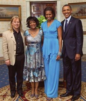 Dove y su marido Fred Viebahn, junto con Barack y Michelle Obama, el día que recibió la Medalla a las Artes.