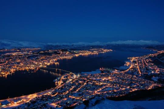 Durante dos meses al año, en invierno, no sale el sol. Así se ve la ciudad durante esa temporada. Foto: visitNorway