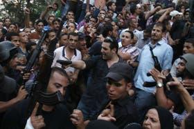 Fuerzas de seguridad rodean a seguidores del grupo Hermanos Musulmanes que portan armas en El Cairo